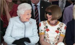 """罕見同框!英女王首現身秀場轟動時尚圈 與時尚""""女魔頭""""相談甚歡"""