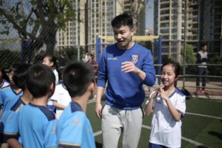 国家队队长朱蓓与英德小球员亲切交流