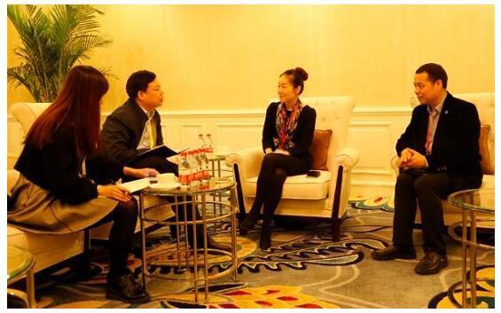 蒋华君(右一)、陈静(右二)接受采访