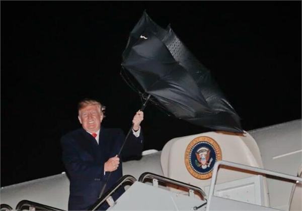 风中凌乱!特朗普伞被掀翻表情亮了 网友:至少这回保住了发型-北京赛车PK10微信群
