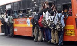 场面惊人!印度考生拼抢大巴 考完警校考试纵身一跃爬上车顶