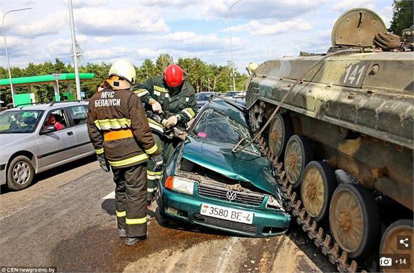 坦克失控碾压汽车