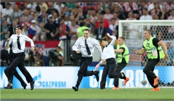 卧底?四名代理注册公司合同范本球迷冲进球场极速狂奔 克罗地亚因此失去了扳平的好机会