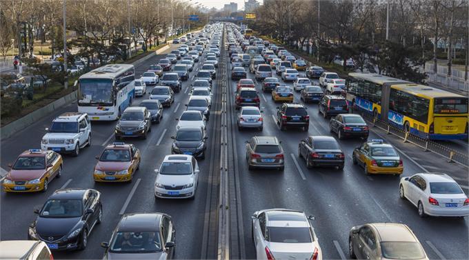 """滴滴发布出行报告:交通状况总体改善 无奈高峰期还在""""添堵"""""""