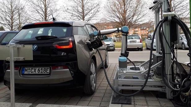 """""""万能""""机器人充电器现身 能识别多种不同品牌款式电动汽车"""