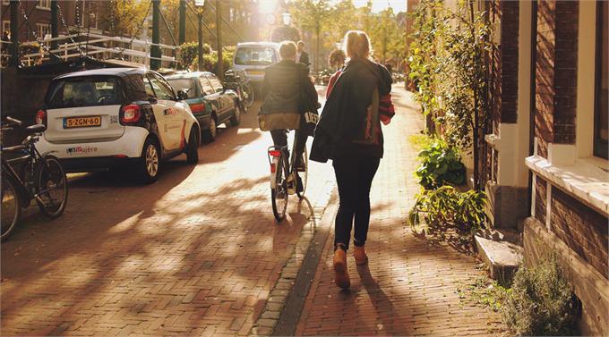 荷兰建成世界首条废弃塑料制造的自行车道 还配备太阳能智能排水系统