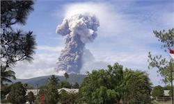 """印尼火山爆发!火山灰喷射4000米高 """"接棒""""地震海啸重挫旅游业"""