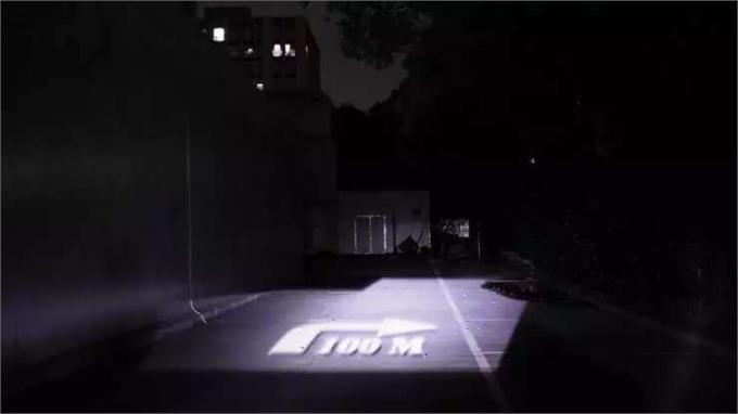 智能车大灯:在夜间路面投射交通信息 自动照亮路边标识和行人