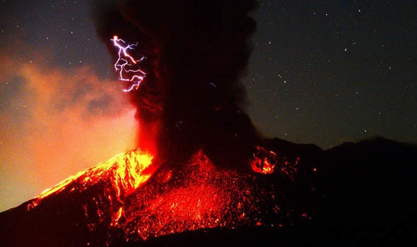 神抓拍!日本樱岛火山喷发 红浆吞没半座山闪电从天而降
