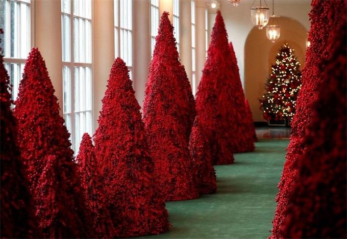 """白宫红色圣诞树玩""""新意"""" 网友开脑洞PS推特成大型吐槽现场"""