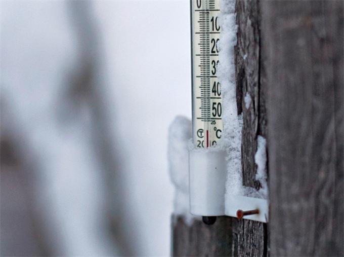 西伯利亚凿冰取水