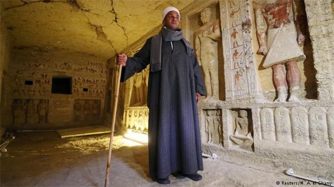 古老神秘!开罗发现祭司墓葬装饰着象形文字和雕像 历经4400年仍完好无损