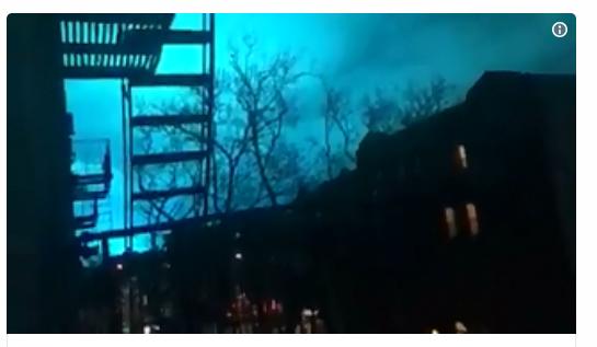 """外星人光临?纽约市突现诡异蓝光照亮夜空 """"元凶""""竟然是它……"""