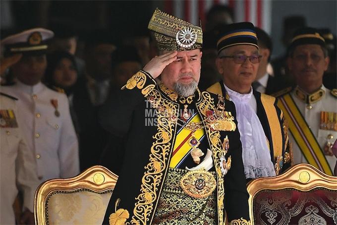 """""""复工""""仅1周!马来西亚元首辞职 酷爱极限运动还娶了俄罗斯选美皇后"""