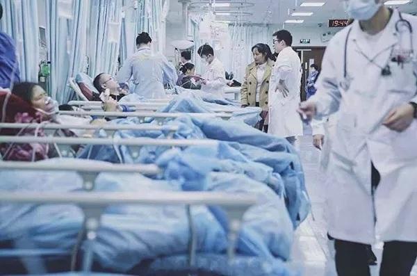 """""""打杂的是博士,挂上号就能活"""",这家超级医院何以红遍中国?"""