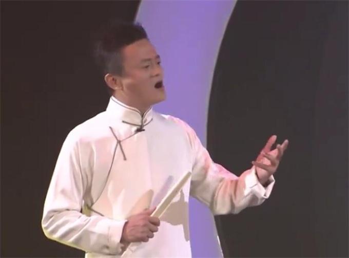 马云唱空城计引全场大佬喝彩 网友:唱京剧比唱歌好听!