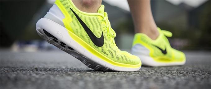 耐克又推出一款自动系鞋带的智能跑鞋 闲逛和打球还能选择不同模式
