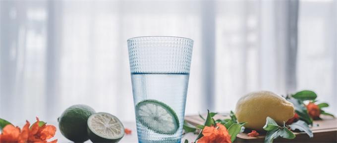 韩男子20年不喝水用可乐服药 正常人每天该喝多少水?