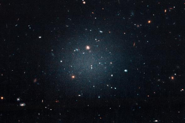 新发现的两个奇怪星系或暗示着暗物质研究的重大突破!