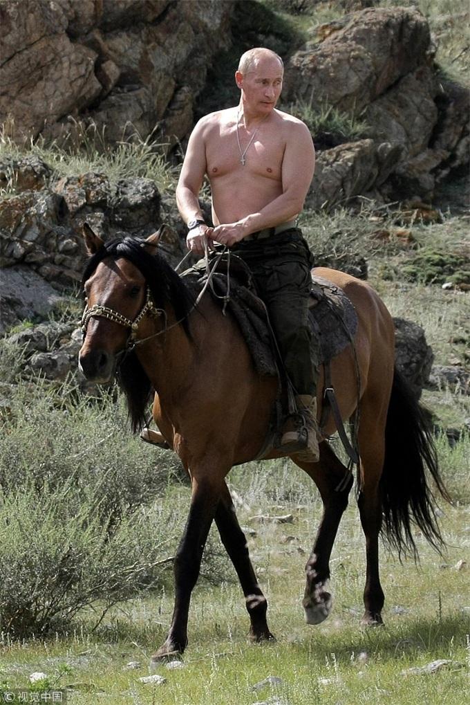 普京又骑马了!这回穿上了衣服,同女警共庆妇女节