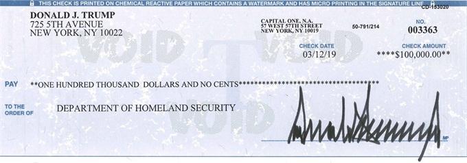 特朗普晒10万美元支票被喷 防止付出假新闻的代价