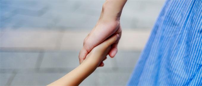 国务院试行育儿假 鼓励幼儿园招收2至3岁幼儿