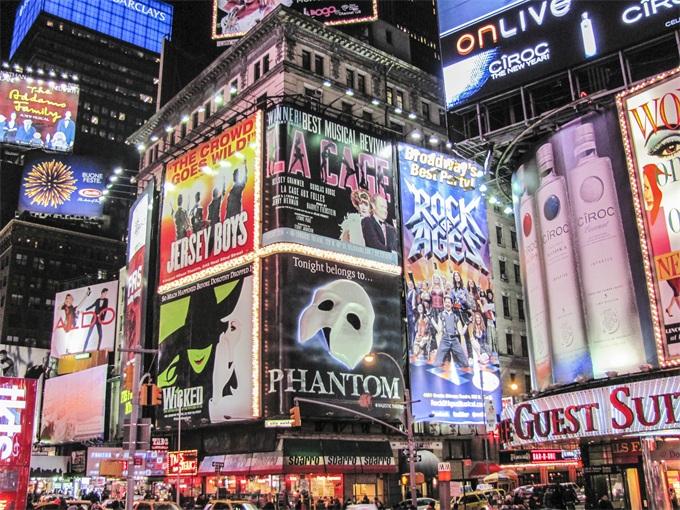 恢复正常!纽约时代广场广告牌起火 戏剧化场面引众人围观拍照