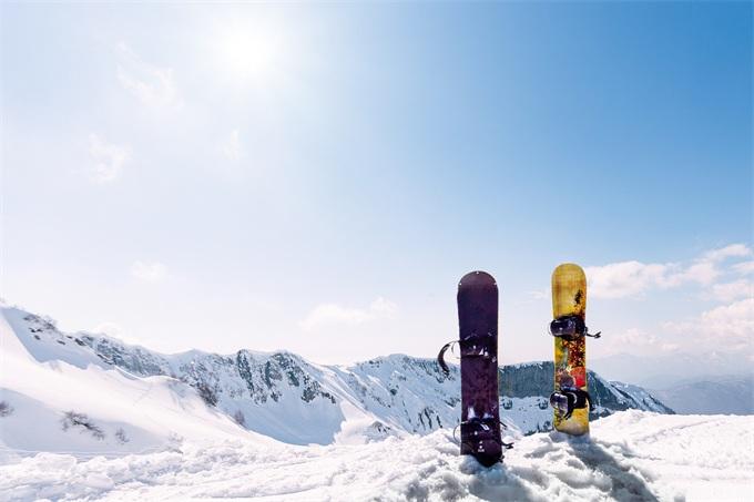 """雪中""""如意""""!首座跳台滑雪中心落成 我国冰雪产业"""