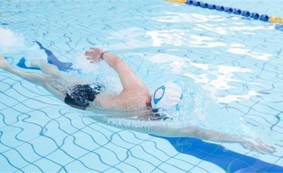 """失礼!国际泳联警告霍顿""""下跪领奖"""""""