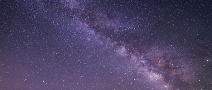 超大黑洞是太陽的400億倍 可能由兩個橢圓星系組成