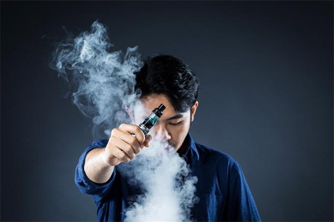 男士抽电子烟