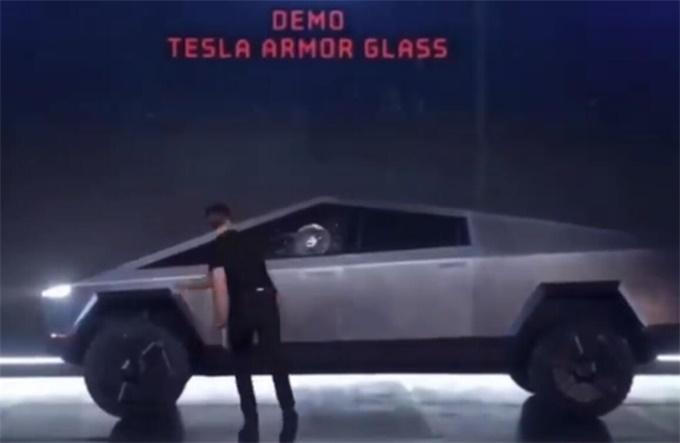 特斯拉玻璃翻车