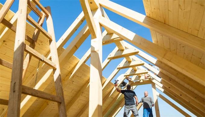 在工作与木质屋顶施工的建设者