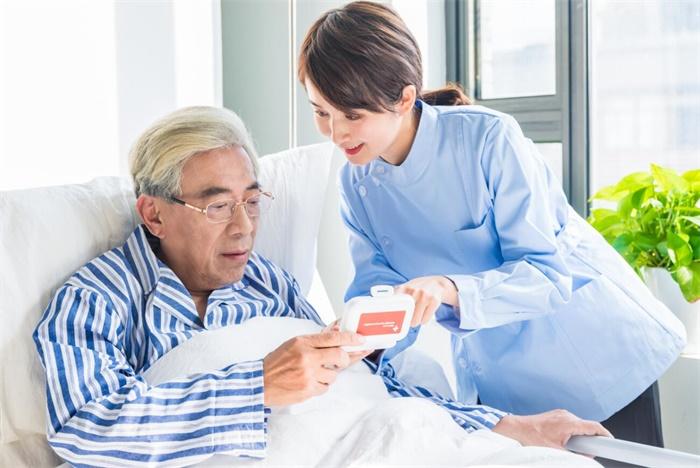 """【养老产业】学历门槛降至""""无学历要求"""" 养老护理员巨大缺口如何补?"""