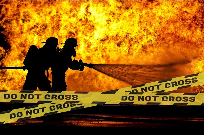 烧了8个小时!德百年建筑起火损失百万 拥有230年历史却遭摧毁