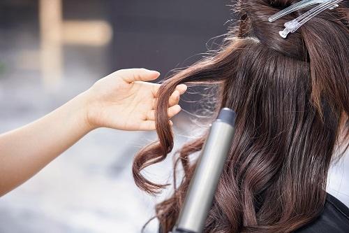 蓬松似爱因斯坦!澳大利亚女孩患难梳头发综合征 长到七岁才被牙医察觉