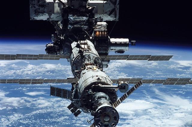 惊险!国际空间站上的机械臂被太空碎片砸出一个洞,性能竟未受影响