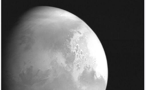 天问一号传回首幅火星图像