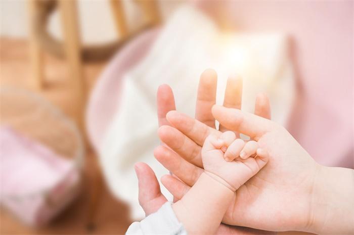 神奇效应!早产婴儿出生后与亲人肌肤亲密接触,竟能大大降低死亡风险