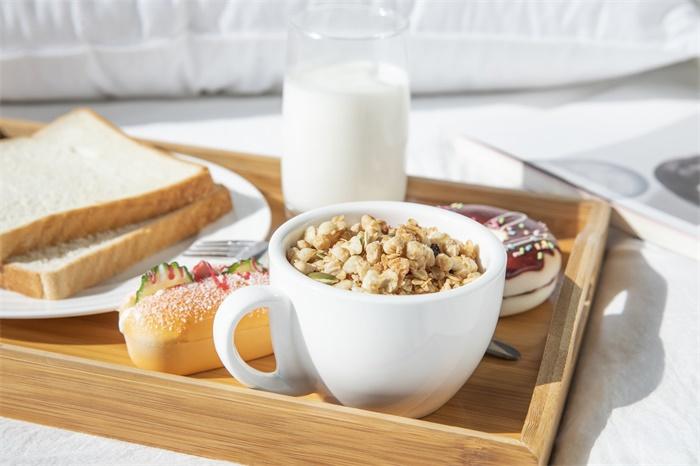 危害大!研究:不吃早餐容易导致营养不足,垃圾食品还吃得更多