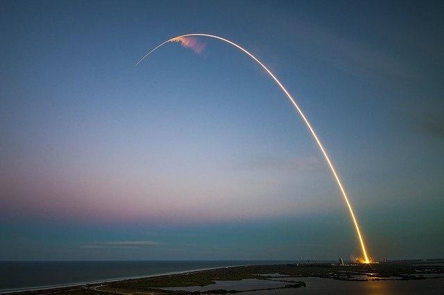 里程碑!SpaceX猎鹰9号连续100次成功发射,将一组60颗星链卫星送入轨道