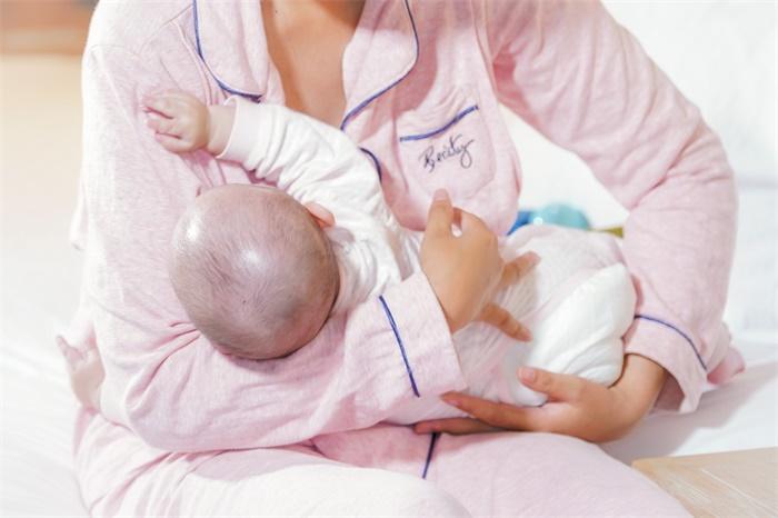 婴儿出生后第一次接触到有害物质,居然是来自于母乳