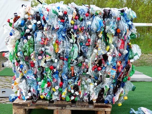 资本的力量:全球55%的塑料污染,是由20家大公司产生的