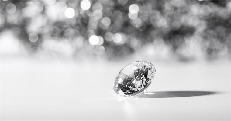能划破钻石的玻璃!我国科学家开发出迄今为止最坚硬的玻璃,能在光伏领域大展身手