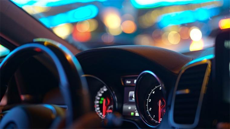 你知道夜晚行车时的反光路标背后,有着什么工作原理吗?